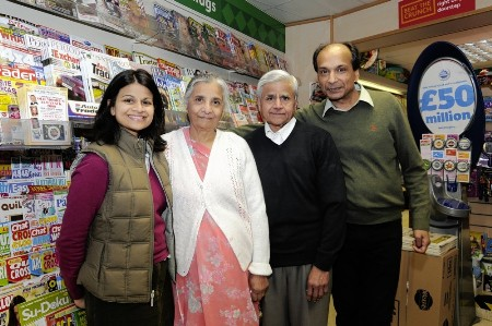데브 파텔의 사진과 그의  아버지  Raj Patel